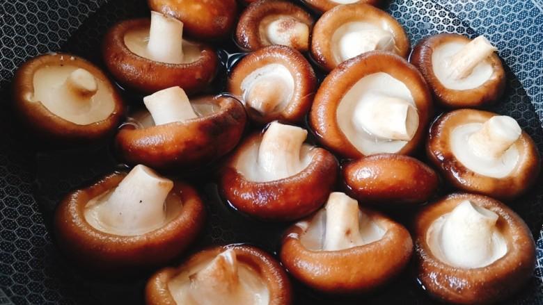 香菇炒肉片,锅中加水煮开,将香菇焯水除去杂质和农药