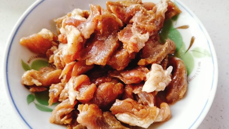 香菇炒肉片,将搅拌均匀的肉片腌制十五分钟