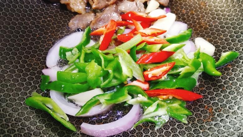 香菇炒肉片,然后加入青红椒丝