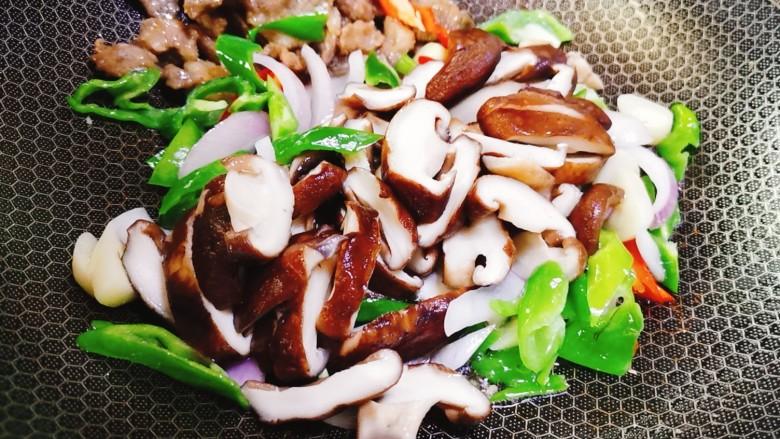 香菇炒肉片,再加入香菇一起翻炒