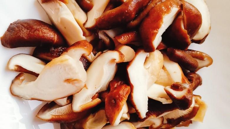 香菇炒肉片,捞起过凉水沥干水分切片备用