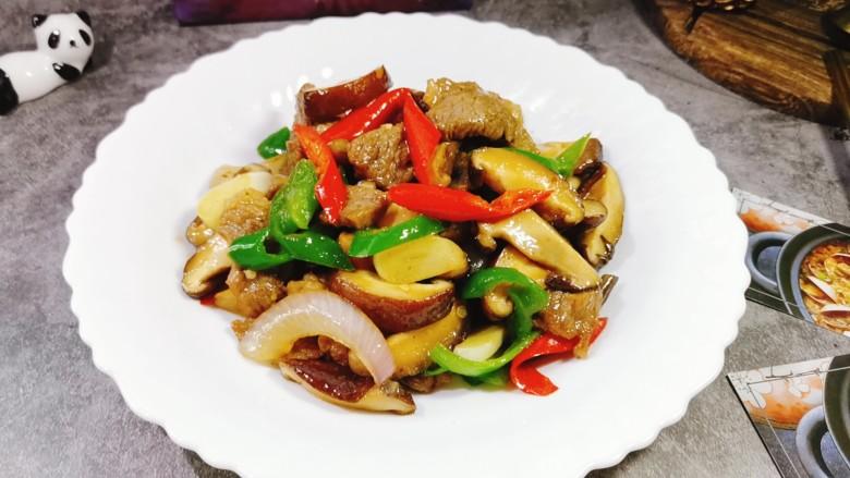 香菇炒肉片,装盘即可食用。