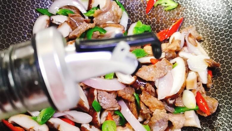 香菇炒肉片,依次加入适量料酒