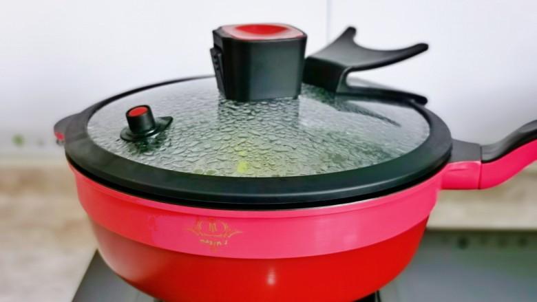 无骨鸡爪,盖上盖子烧开后转小火煮约15分钟。(时间可以根据个人喜欢的口感增减,喜欢脆一点的减短时间)