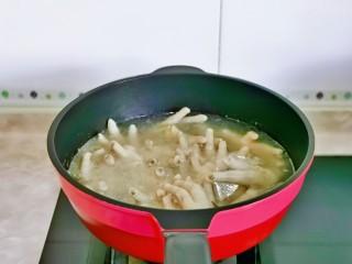 无骨鸡爪,这时鸡爪也煮好啦,用温水反复冲洗,干净为止。