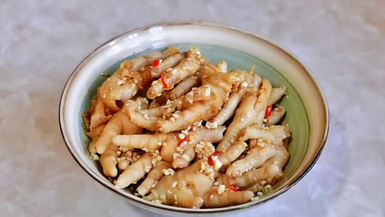 无骨鸡爪,拌均匀,放入冰箱冷藏腌制4小时以上。(时间长一点更入味儿)