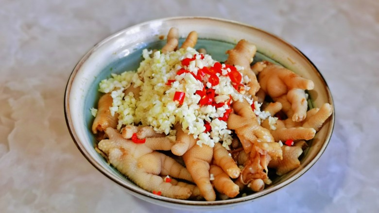 无骨鸡爪,按个人口味加入盐,蒜末,辣椒。