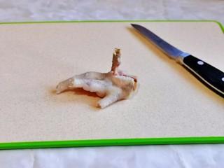 无骨鸡爪,鸡爪去骨,我只去掉了中间的大骨头,把鸡皮划开。