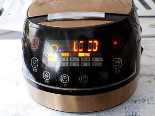 电饭煲鸡腿焖饭,再按下煮饭键就可以了,煮好后,将米饭拌匀,鸡腿切块就可以了