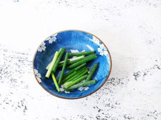 电饭煲鸡腿焖饭,葱切寸段