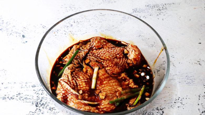 电饭煲鸡腿焖饭,抓匀后盖上保鲜膜放入冰箱冷藏过夜,没时间的话最少要腌制2小时,腌制越久就越入味