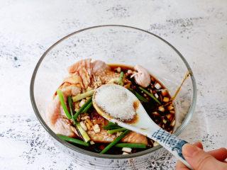 电饭煲鸡腿焖饭,加入白糖