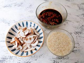 电饭煲鸡腿焖饭,隔天取出鸡腿,大米淘洗干净,香菇洗净去蒂切片