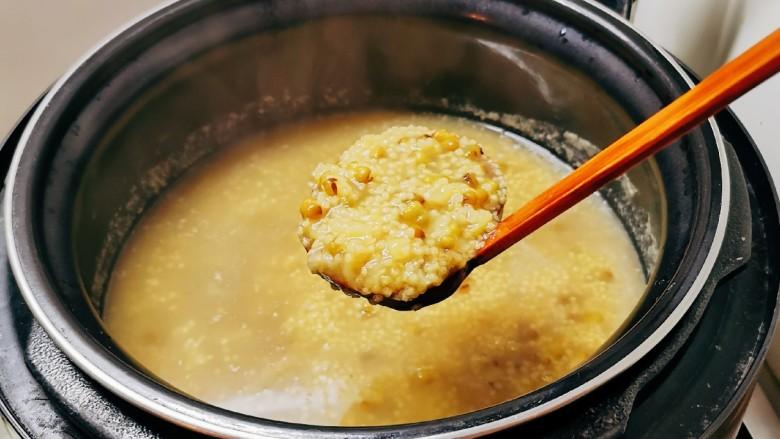 绿豆小米粥,时间到 绿豆小米粥已经熟了 很浓稠