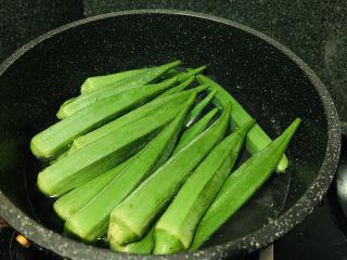 秋葵炒虾仁,另起一锅水,加少许盐和油,烧开,加入秋葵