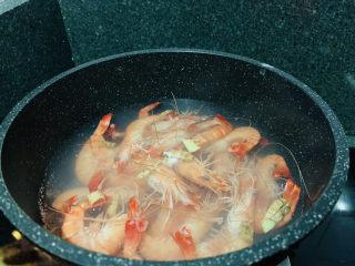 秋葵炒虾仁,加入鲜虾