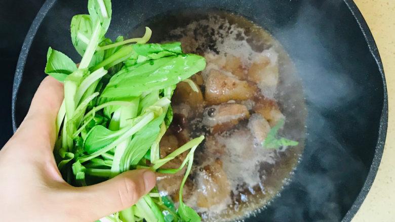 猪腰汤,煮开锅后,加一把青菜,煮开就可以关火起锅了