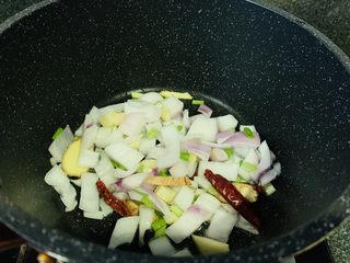 酸辣鸭血,锅加食用油,加入调料
