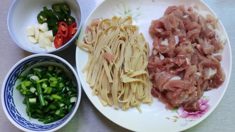 千张肉丝,猪肉千张切丝,配料切好备用