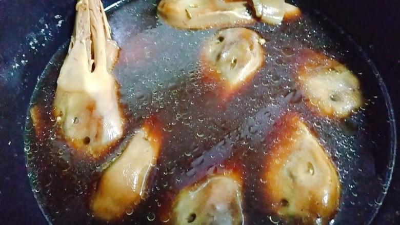干锅鸭头,煮开后,转小火煮25分钟,然后关火,捞出沥干水分