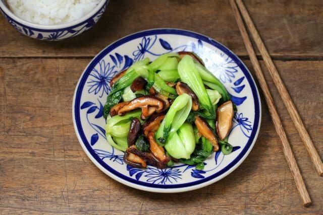 香菇炒青菜,关火盛出装盘。