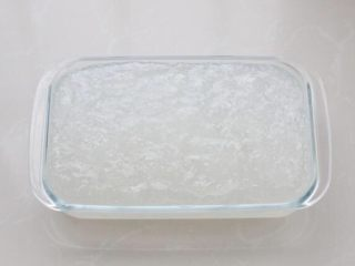 绿豆凉粉,提前准备一个方形容器,没有也可以用大碗。将煮好的淀粉倒入容器中,晾至不烫手后放进冰箱冷藏两个小时以上,如果是冬季气温较低时也可以常温放置定型。