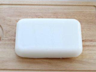 绿豆凉粉,将凝固好的凉粉取出,倒扣在案板上,可以切成条状或块状,宽度和厚度也是您随意!