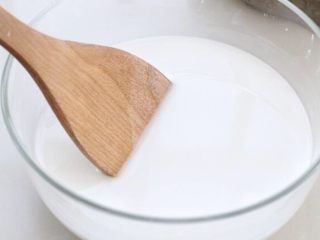 绿豆凉粉,用勺子将绿豆淀粉和清水搅拌均匀,这个步骤是将绿豆淀粉稀释开,一会下锅时就不会成坨了。