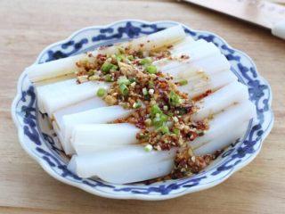 绿豆凉粉,将切好的凉粉码放在盘中,淋入适量的调味汁,食用前拌匀即可。