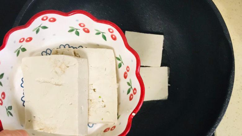 香菇炖豆腐,将豆腐块码放整齐入不粘锅里