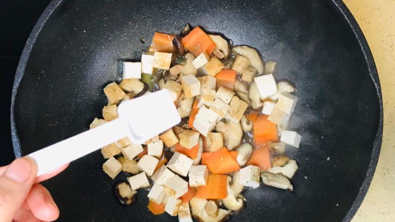香菇炖豆腐,一直翻炒至蔬菜恹恹,撒上盐调味