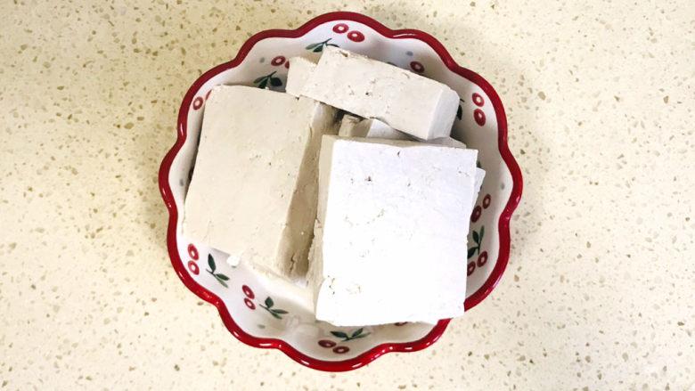 香菇炖豆腐,先来处理一下<a style='color:red;display:inline-block;' href='/shicai/ 4986'>老豆腐</a>,豆腐切成方块