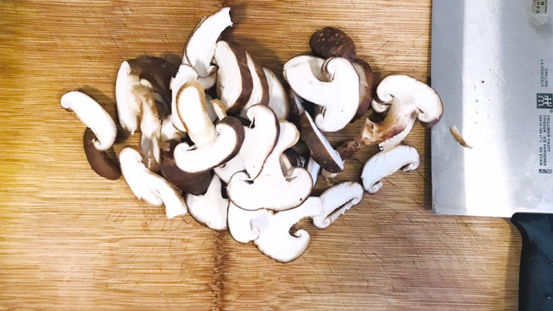 香菇炖豆腐,香菇洗净,切薄片