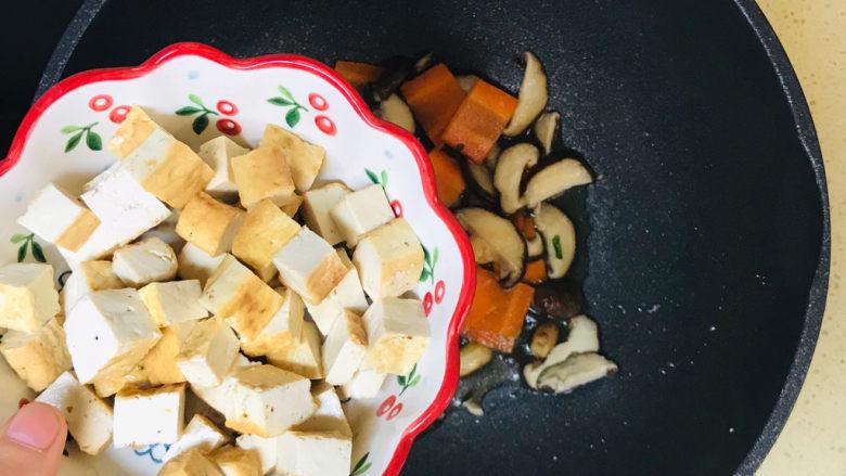 香菇炖豆腐,继续加入豆腐块,翻炒