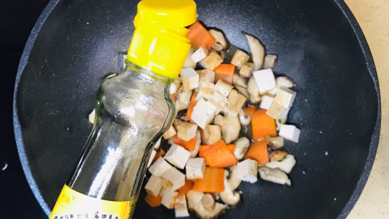 香菇炖豆腐,看到水分烤干就可以关火起锅了,关火前淋入少许香油提香