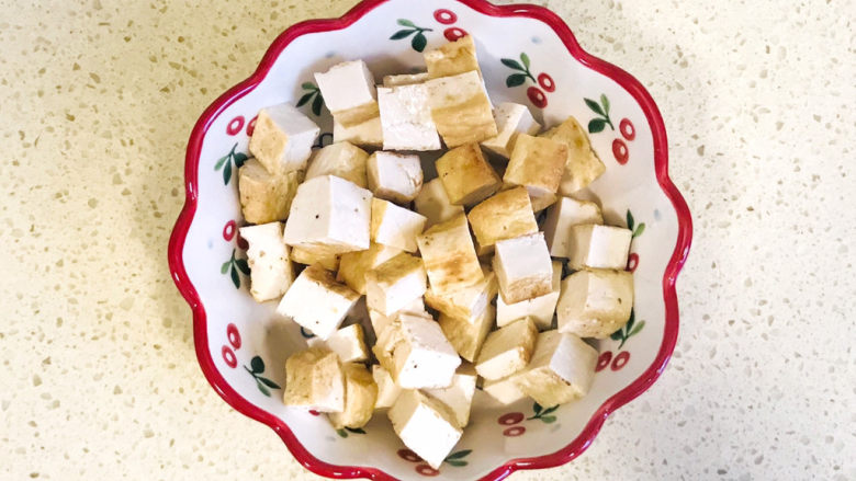 香菇炖豆腐,切成小方块