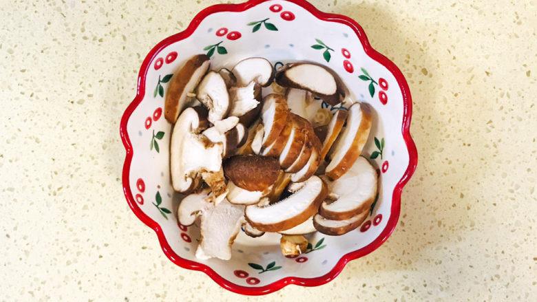 香菇炖豆腐,全部切好,移至碗里