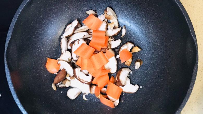 香菇炖豆腐,加入胡萝卜片,继续翻炒