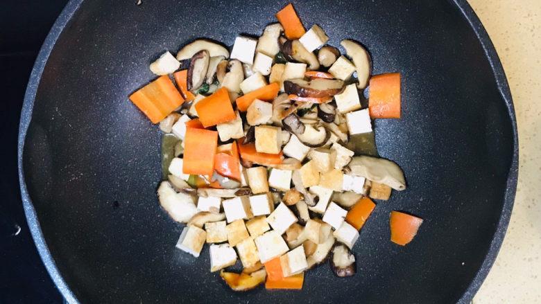 香菇炖豆腐,一道美味的香菇炖豆腐就做好了