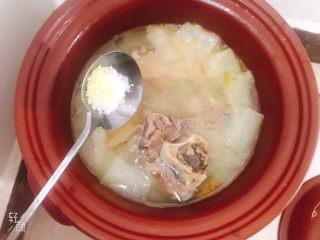 冬瓜猪骨汤,加入适量盐和鸡精调味
