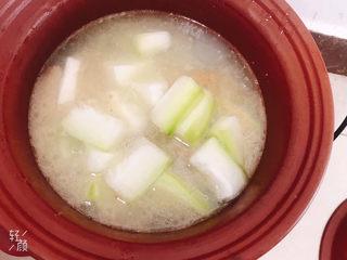 冬瓜猪骨汤,炖至骨头软烂加入冬瓜继续炖至冬瓜软烂