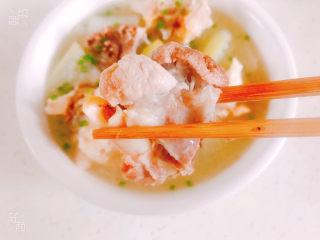 冬瓜猪骨汤,大骨头炖的非常软烂,已经达到脱骨的状态,冬瓜入口即化,汤汁鲜美!
