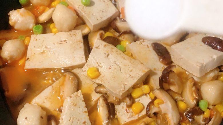 香菇炖豆腐,加入盐