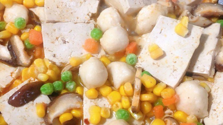 香菇炖豆腐,再放入果蔬粒