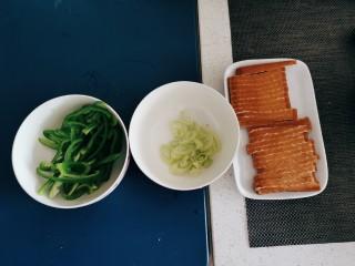 青椒炒香干,葱切片  食材处理好