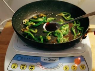 青椒炒香干,放入蚝油