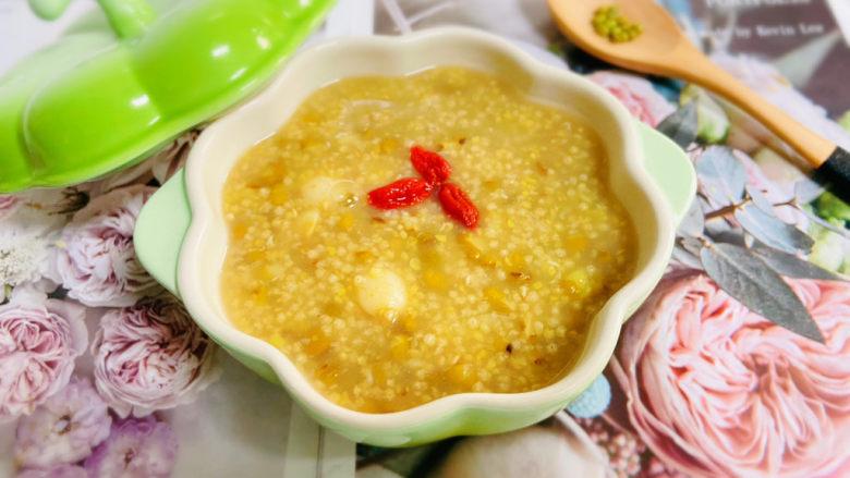 绿豆小米粥,盛入碗中,枸杞装饰即可