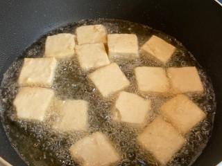 麻辣臭豆腐,都放好后,等臭豆腐變硬再翻面