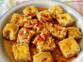 麻辣臭豆腐,將鹵汁倒在臭豆腐上,趁熱就可以吃了
