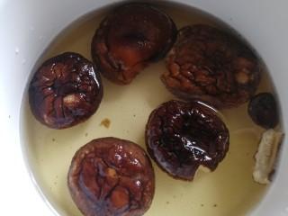 老鴨煲,香菇溫水泡發。